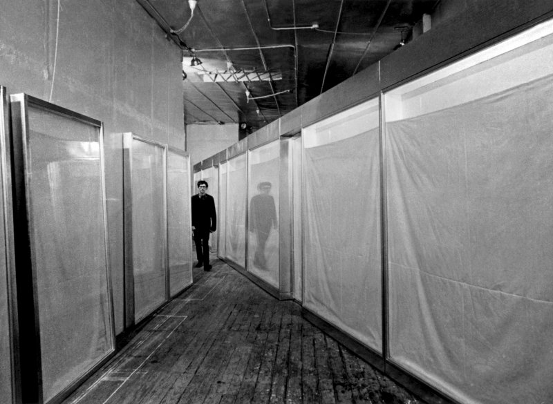 christo-three-store-fronts-nel-suo-studio-1966-ph-ferdinand-boesch