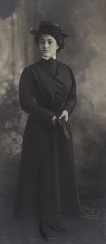 fondazione-1563-fototeca-educatorio-duchessa-isabella-uniforme-invernale-d-uscita-1911-dett-27171