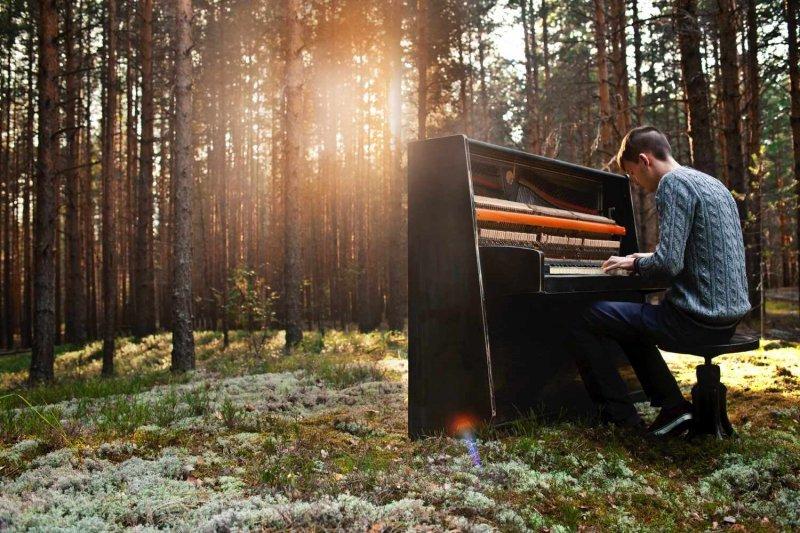 man-plays-the-piano-000021109845-full-1500