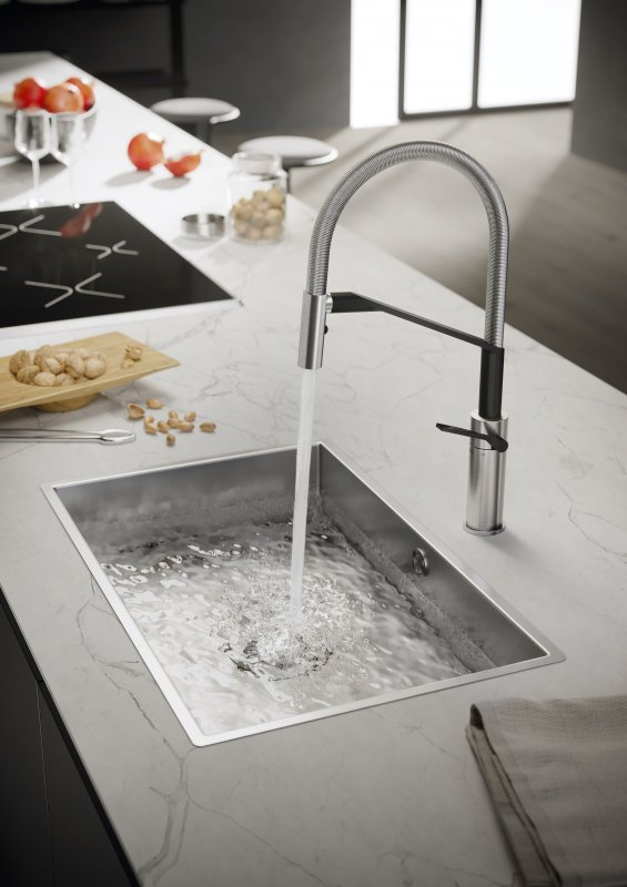 nobili-rubinetteria-cucina-heron-ambientazione-nella-finitura-cromo-e-velvet-black