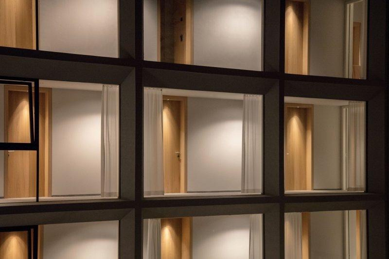 schgaguler-hotel-particolare-della-facciata-ph-martin-schgaguler