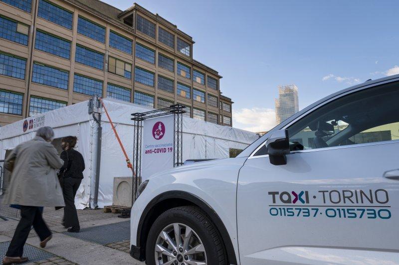 taxi-torino-al-centro-vaccinazione-lingotto-torino-ph-a-lercara-10-35151