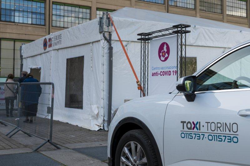 taxi-torino-al-centro-vaccinazione-lingotto-torino-ph-a-lercara-14