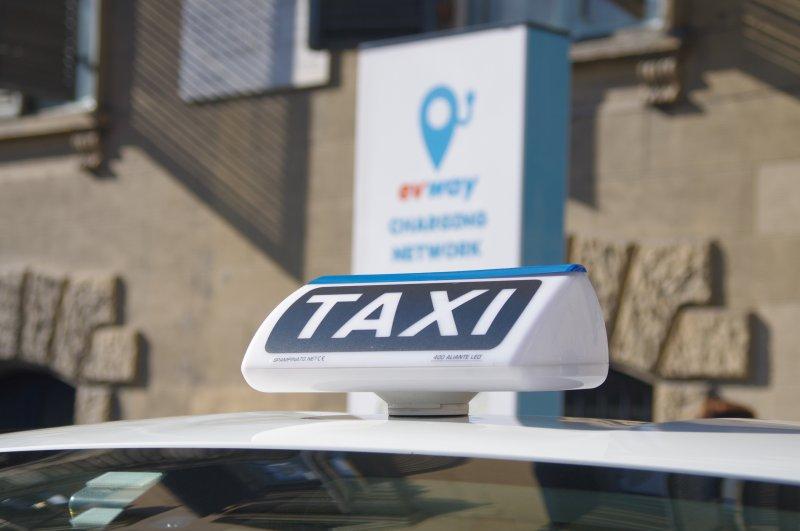 taxi-torino-taxi-elettrico-mentre-fa-pieno-alla-colonnina-di-ricarica-di-evway-22