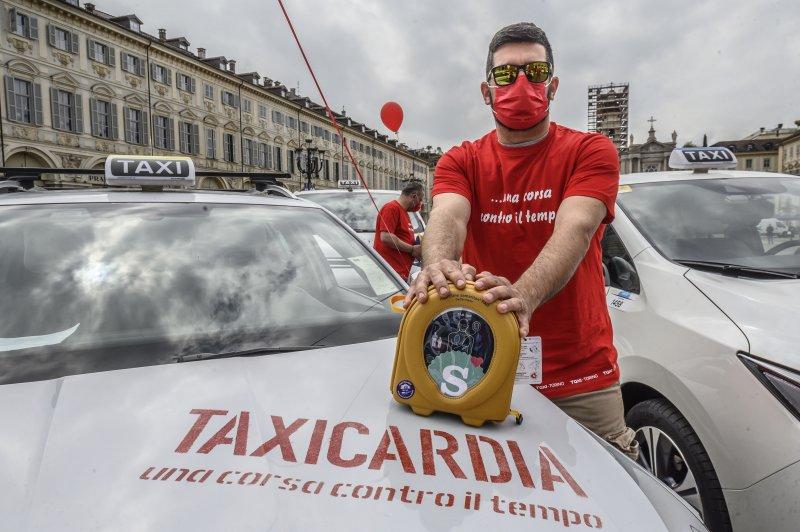 taxi-torino-un-tassista-del-progetto-taxicardia-con-il-defibrillatore-donato-da-fondazione-la-stampa-specchio-dei-tempi