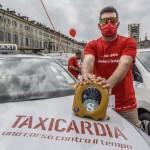 Taxi Torino   un tassista del progetto Taxicardia con il defibrillatore donato da Fondazione La Stampa Specchio dei tempi