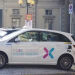 Taxi Torino taxi elettrico mentre fa pieno alla colonnina di ricarica di evway