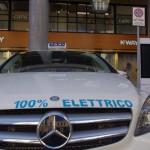 Taxi Torino taxi elettrico mentre fa pieno alla colonnina di ricarica di evway 7