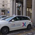 Taxi Torino taxi elettrico mentre fa pieno alla colonnina di ricarica di evway 8